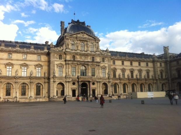 Début de la visite devant le musée du Louvre : attentat contre Bonaparte / Nuit de la saint Barthélemy